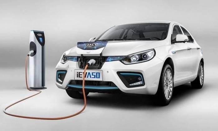 Китайцы показали новый электрический седан собещанным запасом хода до500 километров